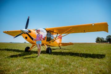 La Baby Pinup devant l'avion jaune