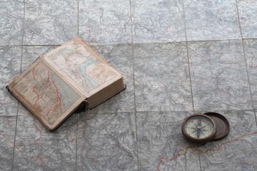 Karte Mit Reiseführer Und Kompaß