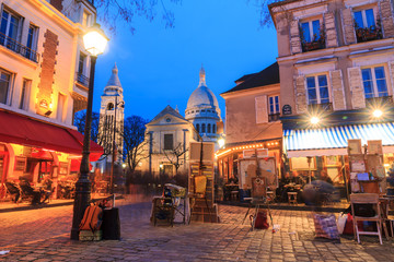 Zelfklevend Fotobehang Centraal Europa Beautiful evening view of the Place du Tertre and the Sacre-Coeur in Paris, France