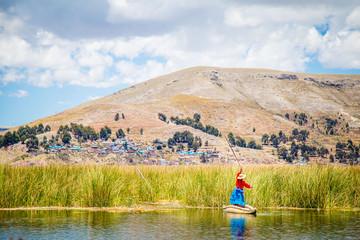 Femme navigant sur Kayak en paille au Lac Titicaca à Puno au Pérou