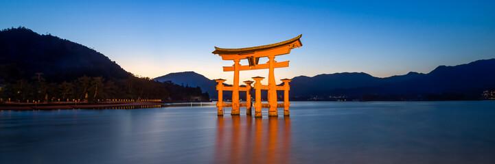 Großes Tor des Itsukushima Schreins in Miyajima, Japan