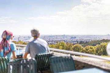 Paar genießt Ausblick auf Großstadt. Couple looking on city panorama.