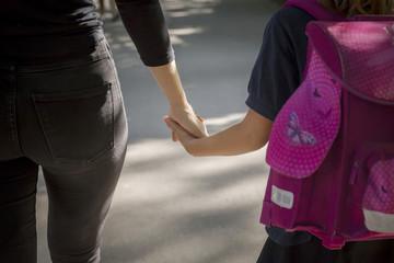 Fototapeta odprowadzanie dziecka do szkoły - trzymanie się za ręcę obraz