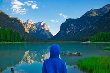 Mensch am See in den Bergen