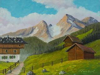 Eine Alm in den Bergen und daneben zwei Scheunen