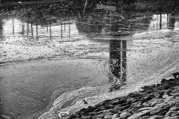 Gefrorene Schlieren im Wasser der Weser mit Spiegelung einer Fabrik