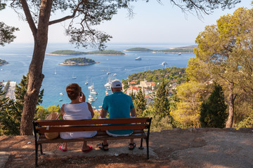 Des touristes regardant la mer