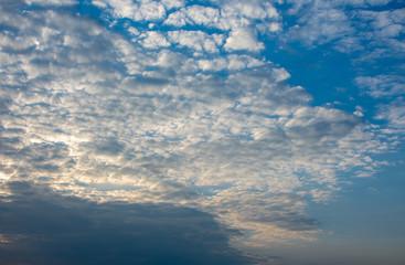 Schönes Wolkengebilde in der Abenddämmerung.Standort: Deutschland, Nordrhein-Westfalen