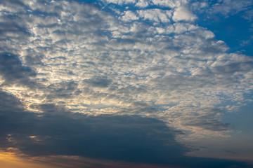 Wolkenhimmel bei Abendlicht.Standort: Deutschland, Nordrhein-Westfalen