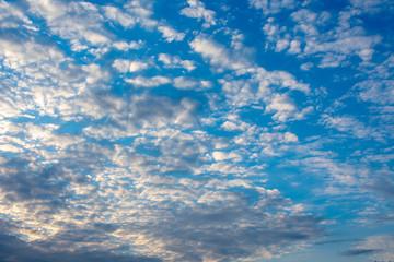 Wolkengebilde am Abend bei blauem Himmel.Standort: Deutschland, Nordrhein-Westfalen
