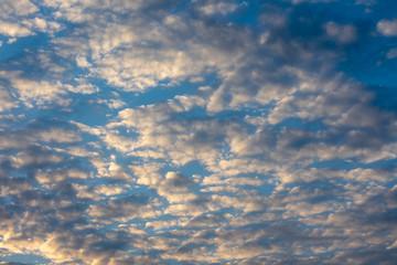 Schöner Wolkenhimmel am frühen Abend bei blauem Himmel.Standort: Deutschland, Nordrhein-Westfalen