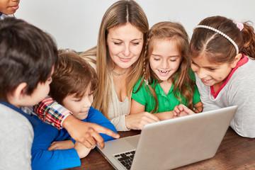 Schüler haben Spaß am Laptop PC