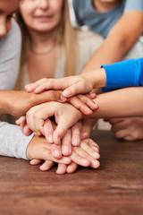 Viele Kinder Hände bilden einen Stapel
