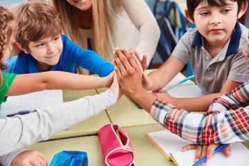 Schüler und Freunde geben sich das High Five