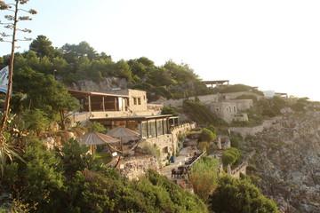 Restaurante clavado en una roca frente al mar