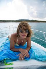Donna sdraiata al sole, in barca