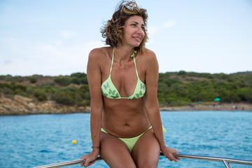 Donna seduta a prua in barca