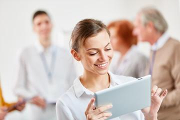 Junge Geschäftsfrau mit Tablet Computer