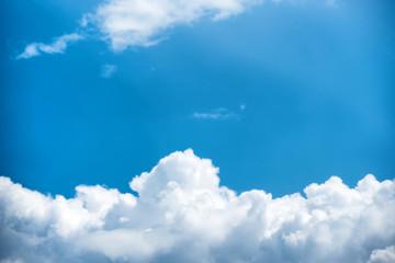 Foto op Plexiglas Hemel Beautiful pure white clouds on bright blue sky