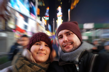 Junges Paar nachts in New York