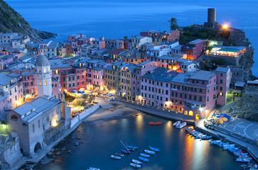 Panorama notturno di Vernazza, Liguria Italia