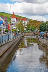 Der Fluss Lamme mitten in Bad Salzdetfurth, Deutschland