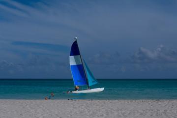 Hay un velero en la orilla de la playa de Varadero.