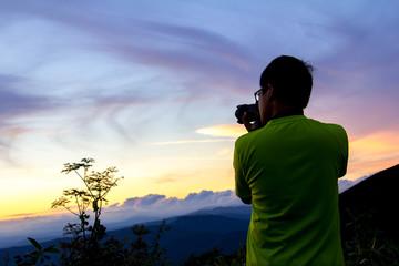 美しい風景写真を撮影するカメラマンの男性
