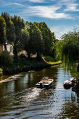 Motorboot auf Fluß