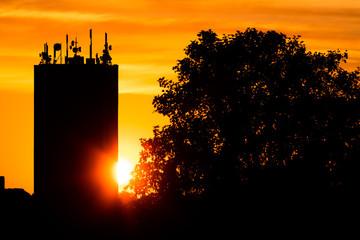 Mobilfunk Antennen auf Hochhaus im Sonnenuntergang