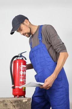 Fachmännische Prüfung eines Feuerlöschers