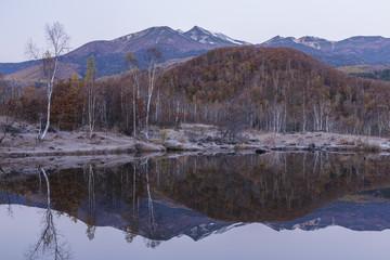 夜明け前のまいめの池と乗鞍岳