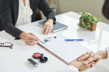 ビジネス 女性 契約
