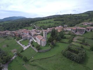 Drone en Mollo. Fotografia aerea de pueblo de Gerona, Cataluña, España