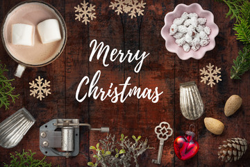 """weihnachtlich Dekoration mit Nachricht """"Merry Christmas"""" auf rustikalem Holzuntergrund"""