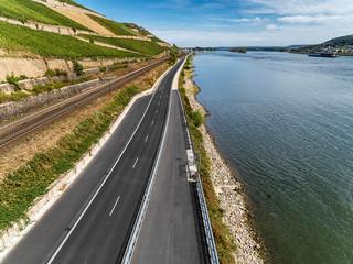 Landstraße am Rhein vor Rüdesheim