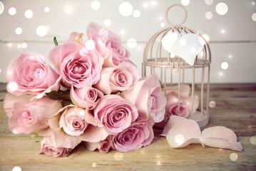 Romantischer rosa Rosenstrauß mit Bokeh