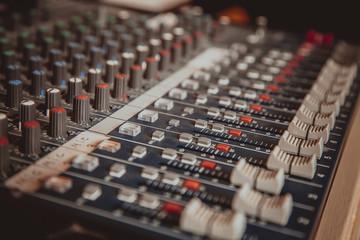 dettaglio di un mixer audio
