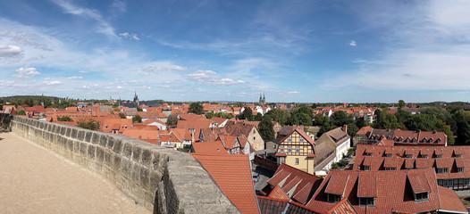 Blick auf die historische Altstadt von Quedlinburg vom Schlossberg