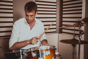 batterista in sala prove