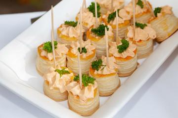 Canapés mit Blätterteig und Frischkäse