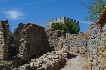 Casa en ruinas y calle de la villa medieval de Pinhel. Región de As Beiras. Portugal.