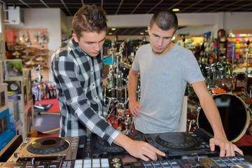 Spoed Foto op Canvas Muziekwinkel looking for a good dj system