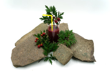 leckerer Beeren Smoothie mit Brombeeren auf Steinen.