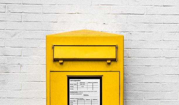 Gelber Briefkasten Einwurfschlitz