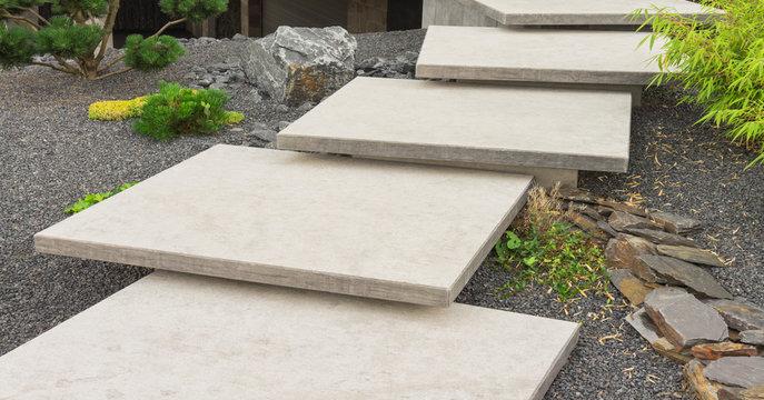 Japanischer Vorgarten mit moderner Außentreppe aus großen Natursteinplatten - Japanese front garden with modern outside staircase made of large natural stone slabs