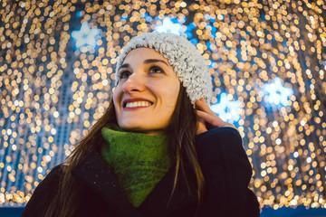 Frau beim Stadtbummel und Einkauf von Weihnachten Geschenke