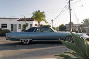 Fond de hotte en verre imprimé Vintage voitures Side view of a classic vintage American car in a parking lot in LA