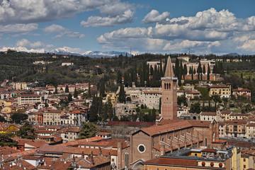 Verona, Sicht auf die Stadt von oben, Richtung Norden. Im Hintergrund die Monte Baldo