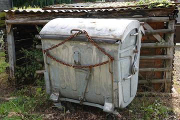 Müllcontainer Container mit Kette verschlossen